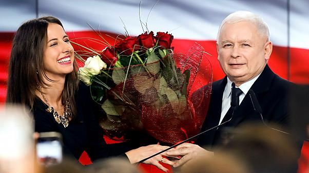 Jarosław Kaczyńskit virággal köszöntik a Jog és Igazságosság párt győzelme után