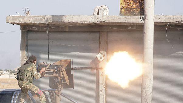 شاهد: لحظة وصول قوات النظام السوري إلى بلدة تل تمر بالقرب من الحدود السورية التركية
