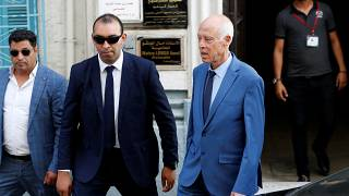 من الحياة الأكاديمية إلى دهاليز السياسة ومتاهاتها .. من هو قيس سعيّد رئيس تونس المنتخب؟