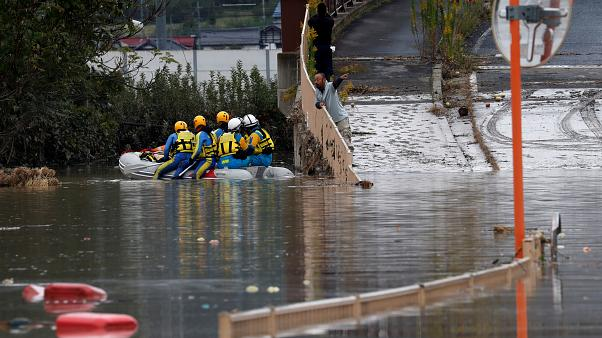 Százezren kutatnak túlélők után Japánban
