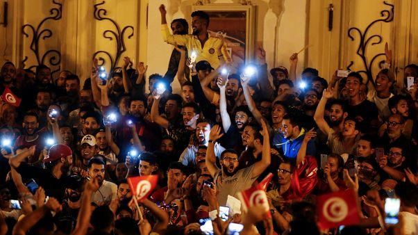 إحتفالات التونسيين في شالرع الحبيب بورقيبة بفوز قيس سعيد بالرئاسة