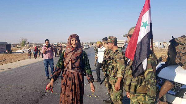 Tropas sírias aproximam-se da fronteira turca