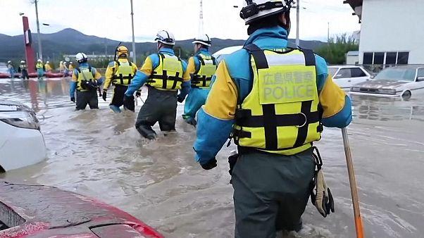 شاهد: محاولات إنقاذ مستمرة في اليابان بعد مرور إعصار هاغيبيس