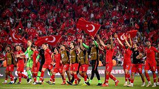 شادی اعضای تیم ملی ترکیه پس از پیروزی در دیدار رفت مقابل فرانسه