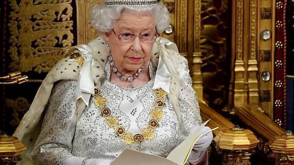 الملكة أثناء إلقاء خطابها