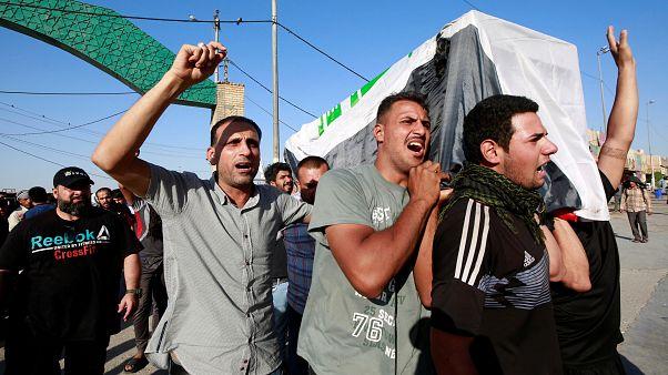 عراقيون يحملون جثة شخص قُتل خلال المظاهرات