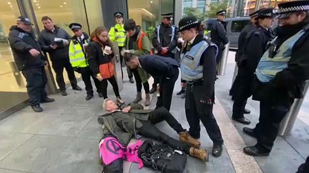 Klímatüntetők akcióztak London üzleti negyedében