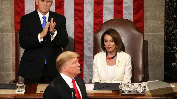 """بيلوسي تنظر إلى ترامب خلال خطاب """"حالة الاتحاد"""" الثاني الذي قدّمه في شباط/فبراير 2019 - وإلى جانبها نائب الرئيس مايك بنس مصفقاً"""