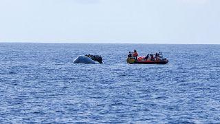 قارب إنقاذ يقترب من قارب مطاطي مكتظ بالمهاجرين 13 أكتوبر 2019