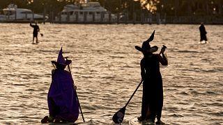 شاهد: ساحرات يجدفن قبالة سواحل فلوريدا
