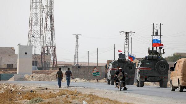 Veículos militares russos junto a Manbij, na Síria
