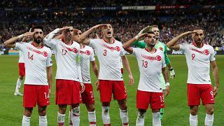 Stade de France'da oynanan Fransa Türkiye maçı sonrası Türk futbolcular asker selamı verdi