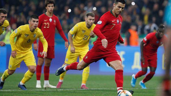 Cristiano Ronaldo sta per trasformare il rigore che vale il suo gol numero 700.