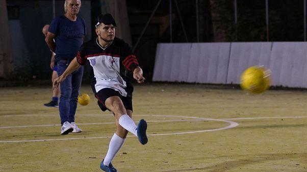 Παίκτες της  Εθνικής ομάδα ποδοσφαίρου τυφλών, κατά τη διάρκεια της προπόνησης με την ειδική μπάλα που χρησιμοποιούν στις προπονήσεις και στους αγώνες τους