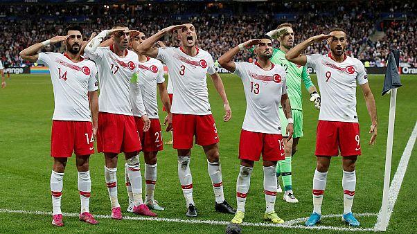 Les joueurs turcs célébrant leur égalisation (1-1) face à la France, une séquence diffusée par la télévision