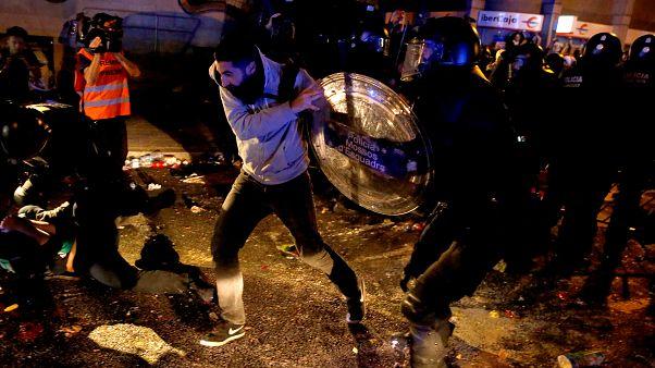 In Catalogna è guerriglia urbana: dopo gli arresti, gli scontri di piazza