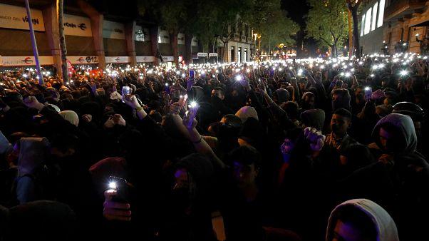 متظاهرون مؤيدون لاستقلال كتالونيا يشعلون أضواء الهواتف في وجه الشرطة الإسبانية في برشلونة. 2019/10/15