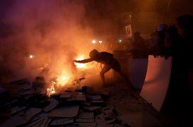 Un manifestante separatista incendia un objeto durante la protesta en Barcelona, España, el 15 de octubre de 2019.