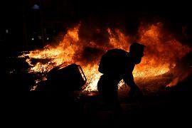 Un manifestante separatista frente a un incendio durante una protesta en Barcelona, España, el 15 de octubre de 2019.