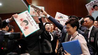 Revuelta en el Parlamento de Hong Kong: impiden hablar a la jefa de Gobierno