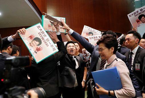 Abucheos y protestas obligan a Carrie Lam a suspender su discurso anual