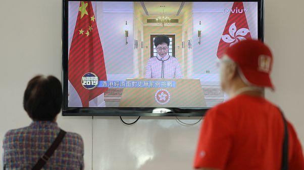 Oposição interrompe discurso de Carrie Lam