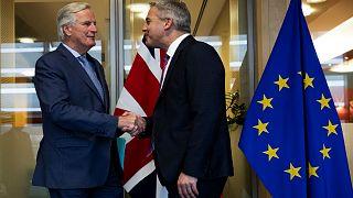 ستيفن باركلي الوزير البريطاني المكلف بملف بريكست يصافح كبير المفاوضين في الاتحاد الأوروبي ميشيل بارنييه