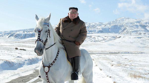 Fehér lovon, a hóban bizonyította rátermettségét Kim Dzsongun