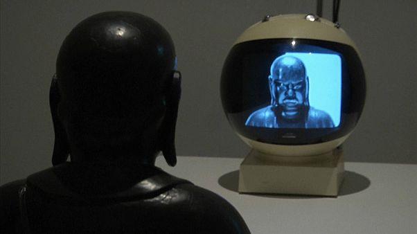 Изобретатель видеоарта Нам Джун Пэк в галерее Тейт