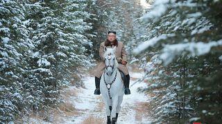 Kuzey Kore'nin 'beyaz atlı prensi' Kim Jong Un'un fotoğrafları neyin habercisi?