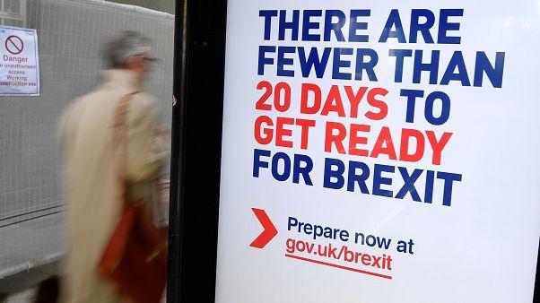 Campanha oficial do governo britânico numa paragem de autocarro em Londres