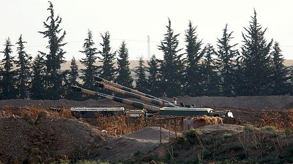 """مدافع """"هاوتزر"""" التركية المتمركزة عند الحدود تقصف مواقع كردية في شمال سوريا"""