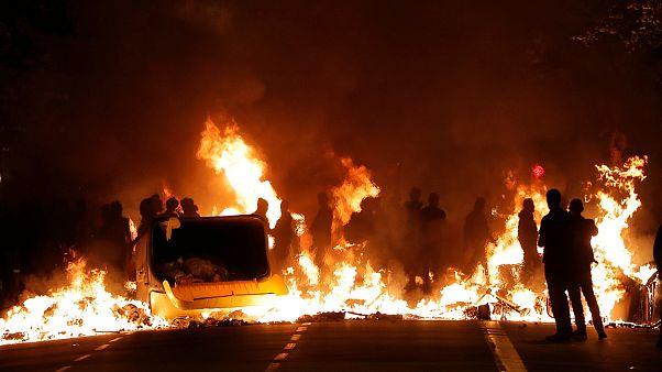 FOTO: Barcellona arde di rabbia, notte di fuoco in Catalogna