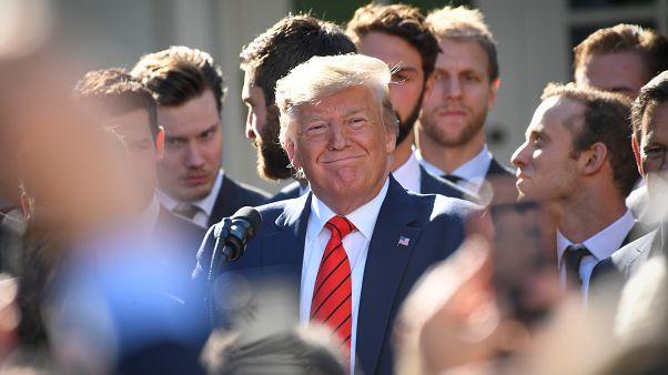 """ترامب يغرد ساخراً """"اعزلوا الرئيس"""".. وأميركيون يوافقونه القول"""