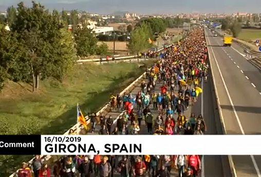 شاهد: مسيرات عارمة في إقليم كتالونيا وسط دعوات للإضراب