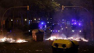 Barcellona: barricate e incendi, scontri tra manifestanti e polizia