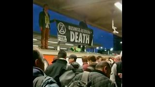 اعتراض مسافران به کنشگران محیط زیست که باعث اختلال در فعالیت متروی لندن شدند