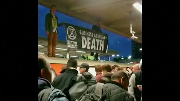 Des militants d'Extinction Rebellion arrêtés dans le métro londonien