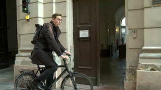 Kerékpárral érkezett Karácsony Gergely a főpolgármesteri hivatalba