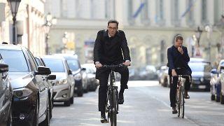 Biciklivel érkezett Karácsony az első munkanapjára mint főpolgármester