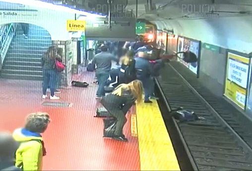 Μπουένος ΄Άιρες: Διάσωση γυναίκας από τις ράγες του μετρό