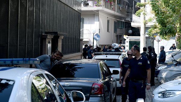 Αστυνομικοί συλλαμβάνουν άτομα που εισήλθαν στον αύλειο χώρο του Τουρκικού Προξενείου στη Θεσσαλονίκη