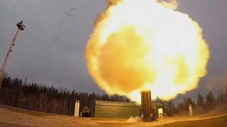 شاهد: الجيش الروسي يطلق صواريخ بالستية في تدريبات عسكرية بحضور بوتين
