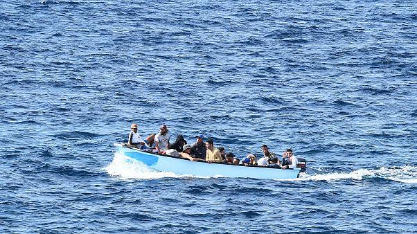 مهاجرون على متن قارب غير بعيد عن جزيرة لمبيدوزا الإيطالية. 2019/10/18.