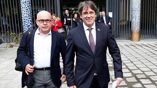 L'ex predidente della Catalogna Puigdemont si consegna ma non si arrende