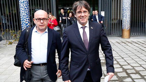 Carles Puigdemont à saída das instalações judiciais belgas onde pasou a noite