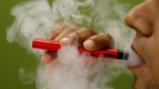 """""""جول لابز"""" تقرر تعليق بيع سجائر إلكترونية بعد تسجيل وفيات"""