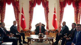 Erdogan török elnök és Jens Stoltenberg NATO-főtitkár tárgyal egymással október 11-én Isztambulban
