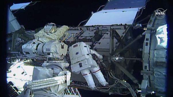Две женщины впервые совершили совместный выход в открытый космос