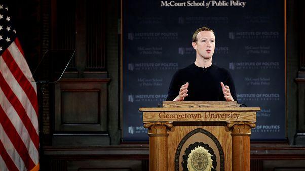 Facebook защищает политическую рекламу